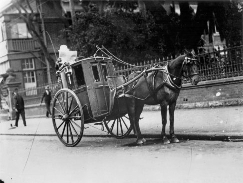 Hansom cab outside the Supreme Court Brisbane 1931 mod