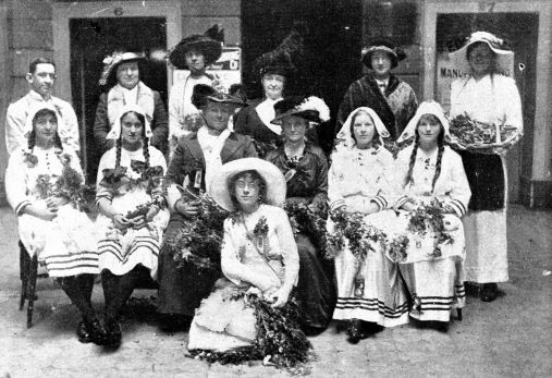 Daphne Mayo participating in Wattle Day celebrations in Brisbane 1914