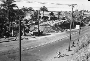 Widening Vulture Street in 1952. The memorial Gates are in their original position on Vulture Street (Brisbane City Council)