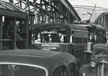 A Dornoch Terrace bus on the Victoria Bridge, 1944. (State Library of Queensland)