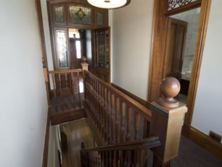 After 110 years, the two levels were connected by a new staircase. (house.speakingsame.com)