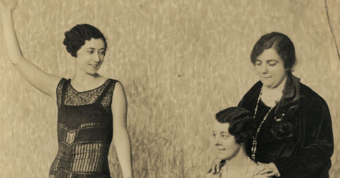 1932-rhoda-felgate-standing-in-the-laughing-lady-cremorne-qpac mus